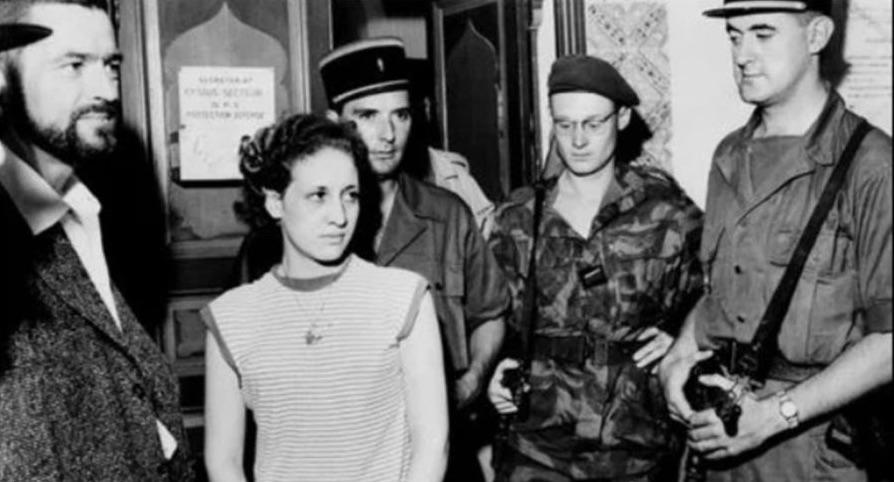 আলজেরিয়ার যুদ্ধের বিখ্যাত নারী গেরিলা জোহরা দ্রিফ, ফরাসি বাহিনীর হাতে গ্রেপ্তার হওয়ার সময়