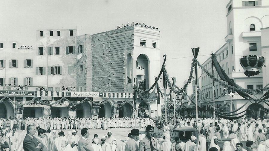 মানারা প্যালেসের সামনের চত্বর, যেখানে মানুষ ভিড় করেছিল লিবিয়ার স্বাধীনতার ঘোষণা শোনার জন্য