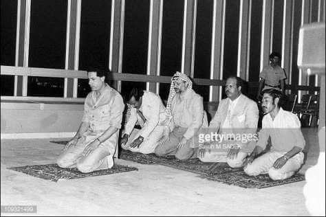 ১৯৮১ সালে গাদ্দাফির ইমামতিতে নামাজ পড়ছেন আরাফাত এবং অন্যান্যরা